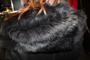 Vue détaillée de la capuche de la veste 969 de Levinsky en agneau de Toscane noire