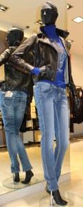 Look janvier Cesare Nori : Perfecto cuir noir Dix Zip, col roulé bleu Fehu et jean délavé Met