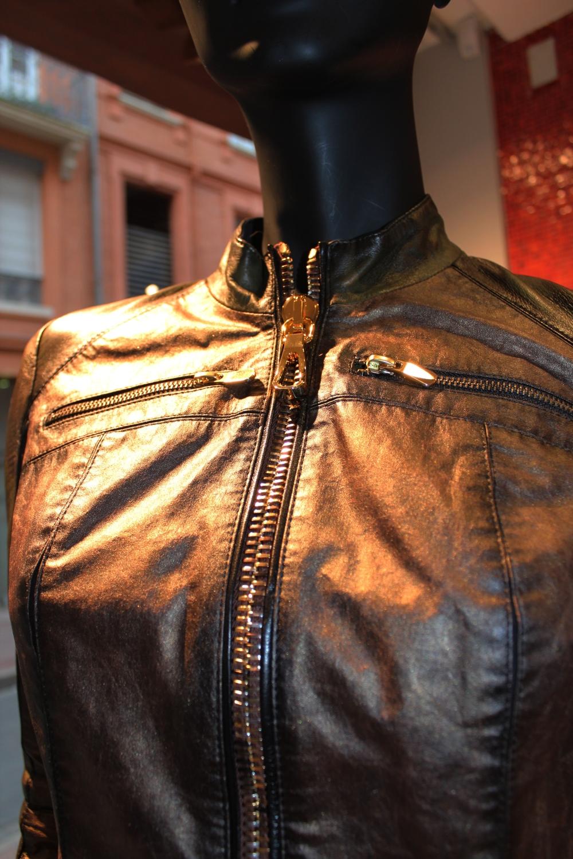 Détail du blouson 10035 de Don Vanquisher : blouson cuir court, fermeture zip, imprimé militaire