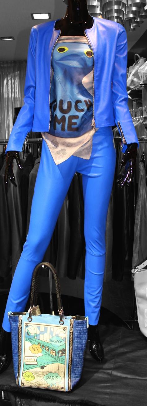 Blouson en cuir bleu Min de Ventcouvert à 950 € Haut-Écharpe Philippe Shangti  Leggings bleu Giorgio à 599 € Sac à main Barbara Rihl à 300 €