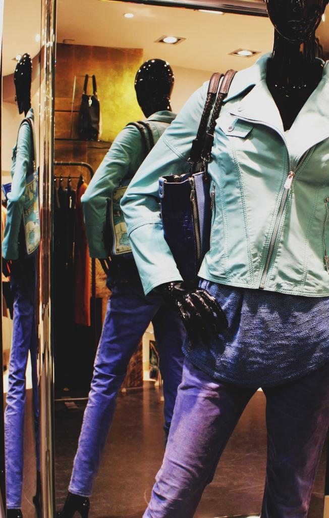 Veste perfecto Parisienne turquoise, Giorgio à 359 €, Jeans Venere FCY, Lerock à 170 €, Pull azzuro, A/3414 de chez B.Yu à 120 € et sac à main Barbara Rihl, Private jet à 300 €
