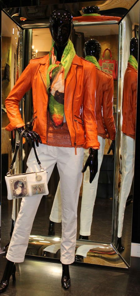 silhouette mois d'avril, ensemble orange et blanc, pantalon blanc lerock, haut b.yu, sac barbara rihl, veste perfecto en cuir martine pellessimo orange