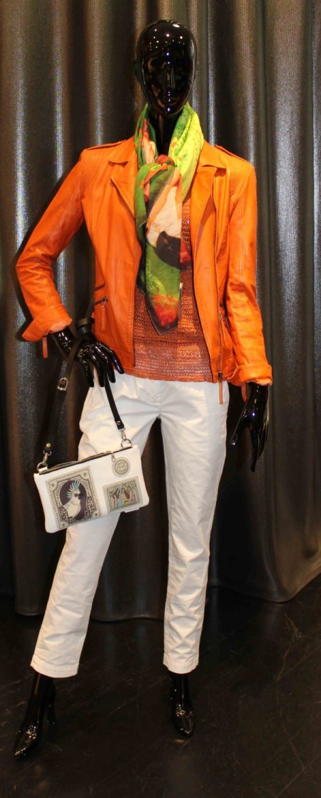Pantalon blanc, perfecto en cuir orange, foulard, sac à main Barbara Rihl, débardeur en maille orange