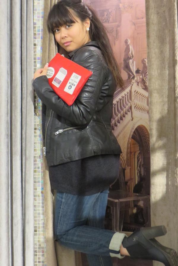 Look perfecto cuir noir, pochette cuir rouge, jean brut et bottine