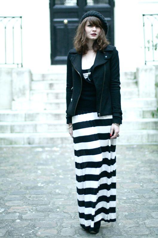 Maxi robe rayée noire et blanche portée avec un perfecto noire