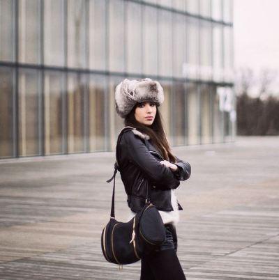 Betty Autier perfecto cuir noir short cuir noir sac sport cuir noir et chapka