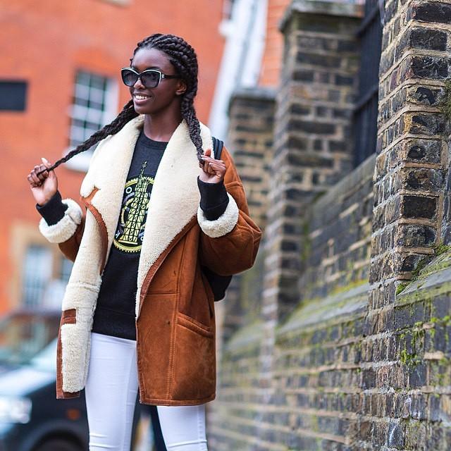 peau lainée legging blanc et sweater noir à motif sac à dos