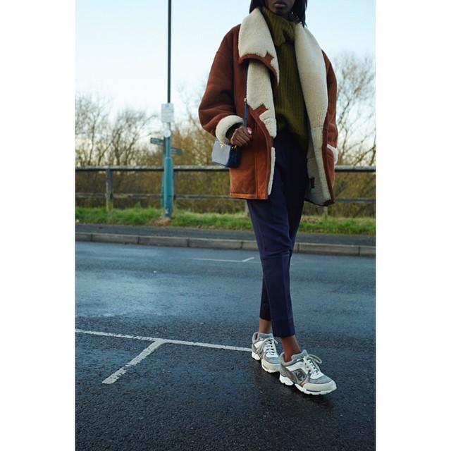 peau lainée sneakers channel pantalon cropped bleu marine pull et petit sac bandoulière