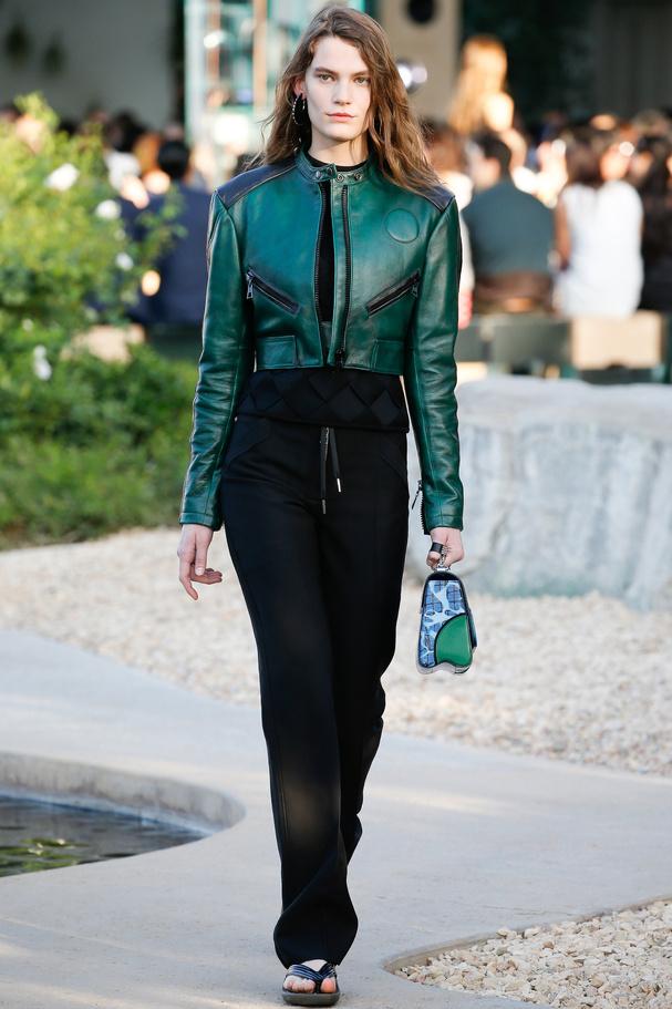 Blouson cuir vert Louis Vuitton défilé croisière 2016