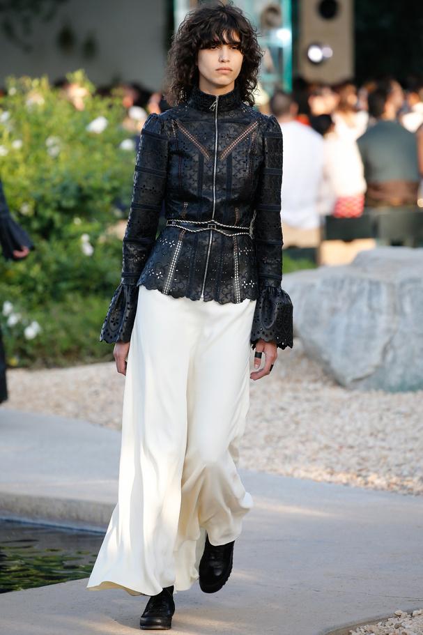 Chemise en cuir noir ajouré défilé croisière 2016 Louis Vuitton