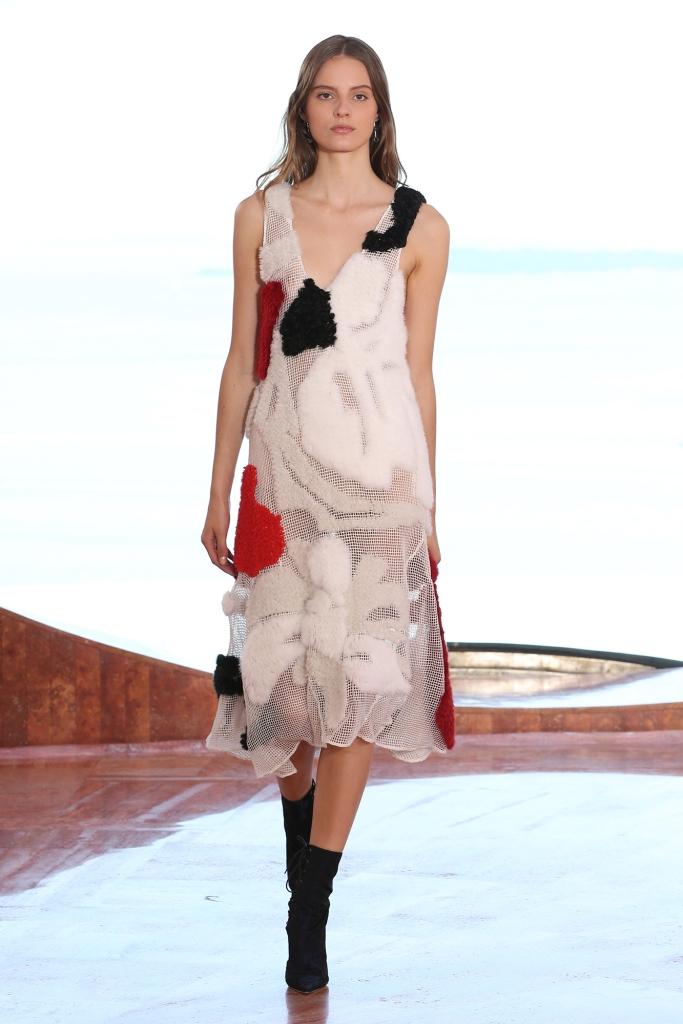 Collection croisière Dior 2016 Robe en fourrures mixtes tricotées rouges, blanches et noires