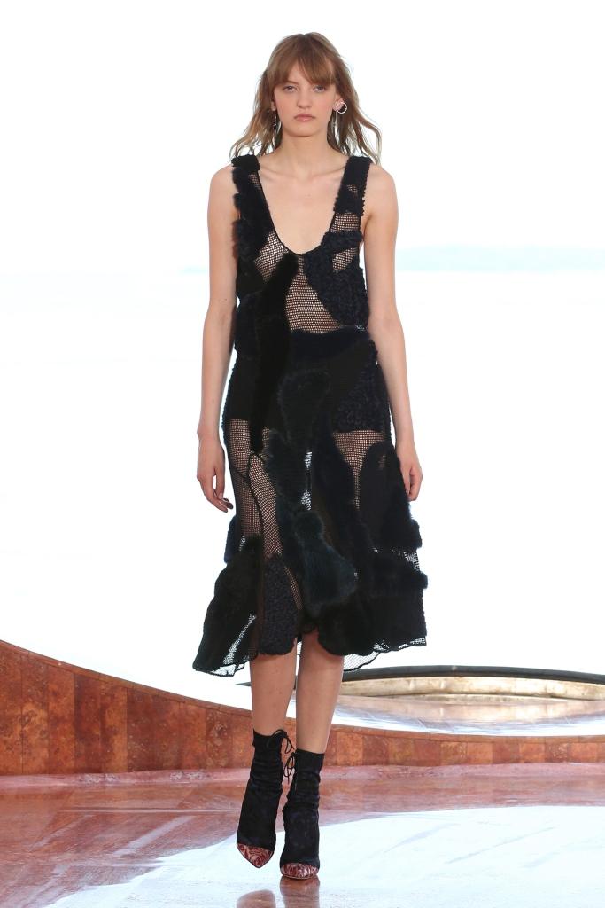 Collection croisière Dior 2016 robe ne fourrure mixte noire tricotée