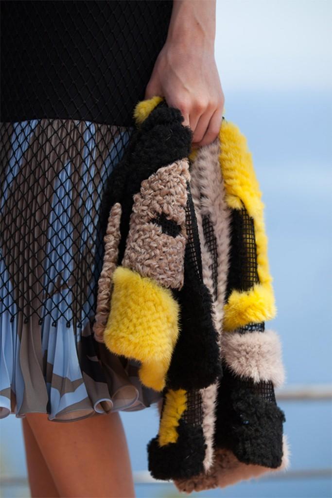 Défilé Croisière Dior 2016 étole en patchwork de fourrure noire jaune et beige et maille