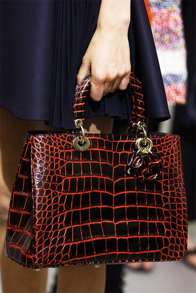 Défilé Croisière Dior 2016 sac écaille noir et rouge