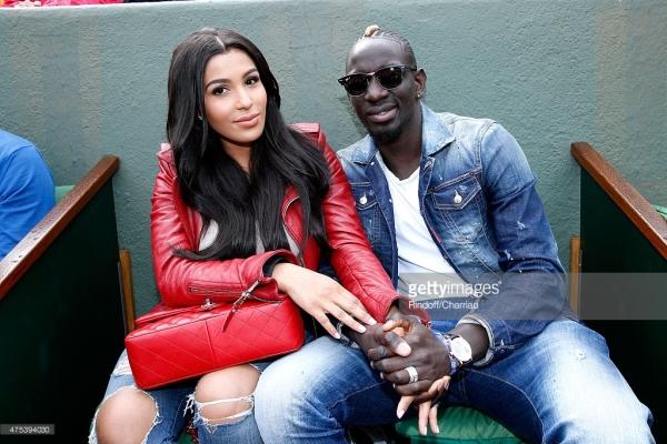 Mazda la femme du joueur de foot Mamadou Sakho en cuir rouge à Rolland Garros