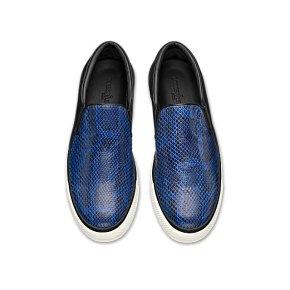 Slip-On, des sneakers bateau homme en python bleu et cuir d'agneau lisse noir, Louis Vuitton, 850 €