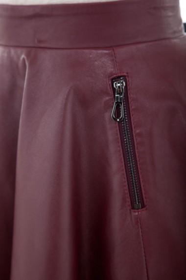 Détail des poches latérales de la jupe patineuse en cuir Cesare Nori