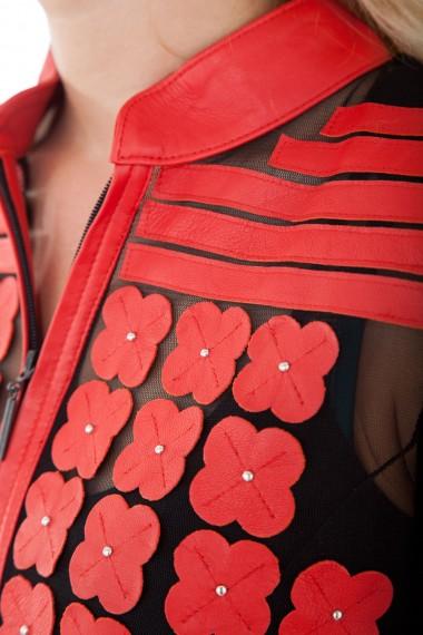 Détail des pièces en cuir rouge de la veste femme Daisy d'Akhesa