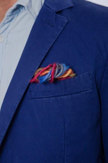 Pochette très originale en fil de couleurs de ce blazer ATPCO bleu marine pour homme